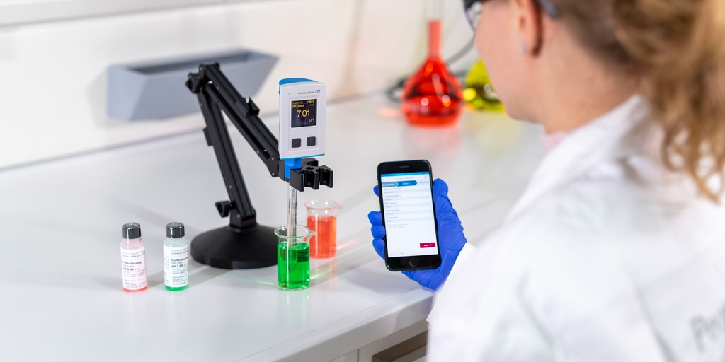 CML18 con smartphone in laboratorio